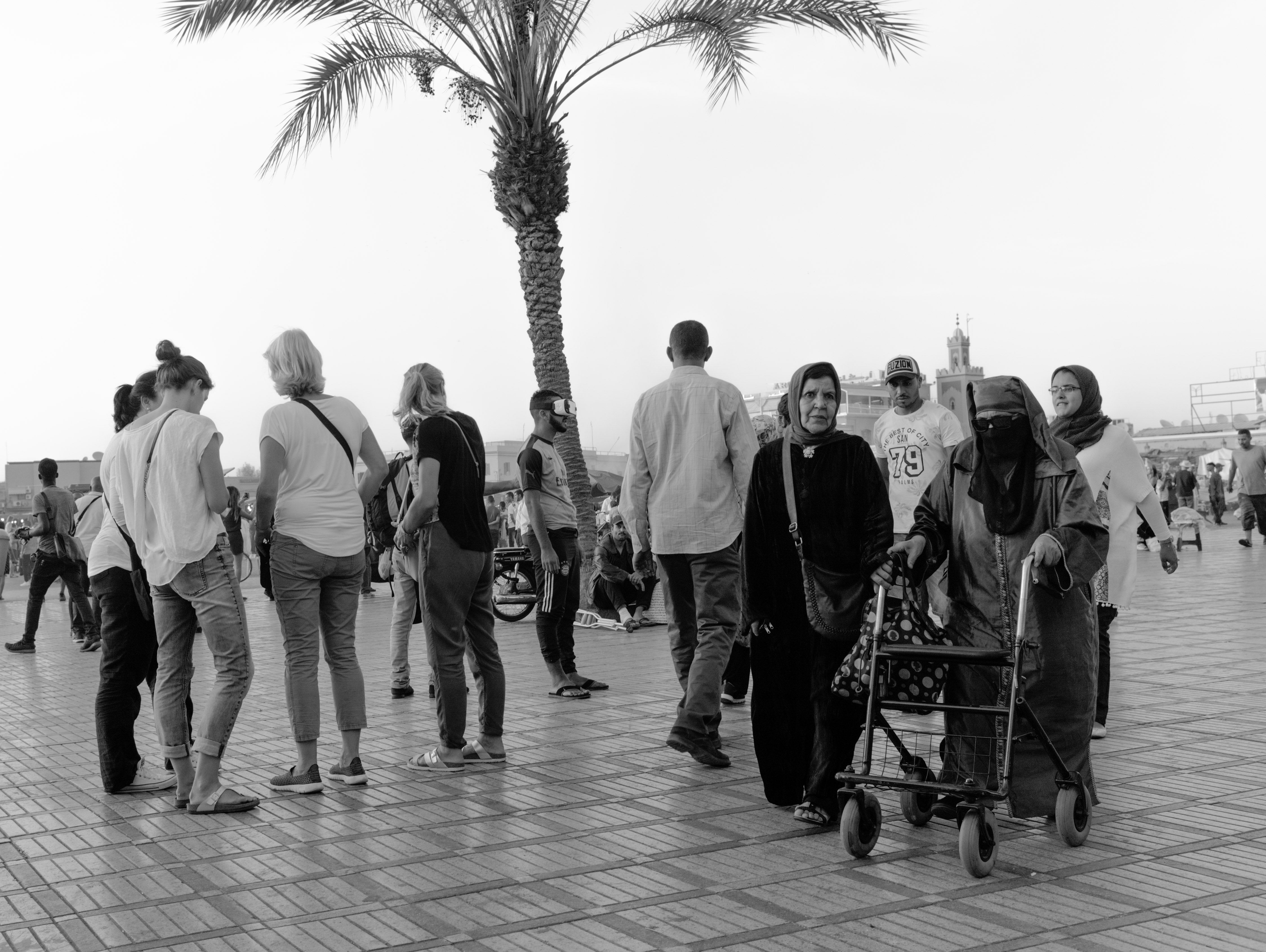 Meetings in Marrakech at Marrakech-Medina (Marrakesh, Morocco) with Leica M Monochrom (Leica Summilux-M 35mm f/1.4 ASPH.) by Magnus L Andersson (photography.anderssoneklund.se) at 2017-09-30 18:53:38