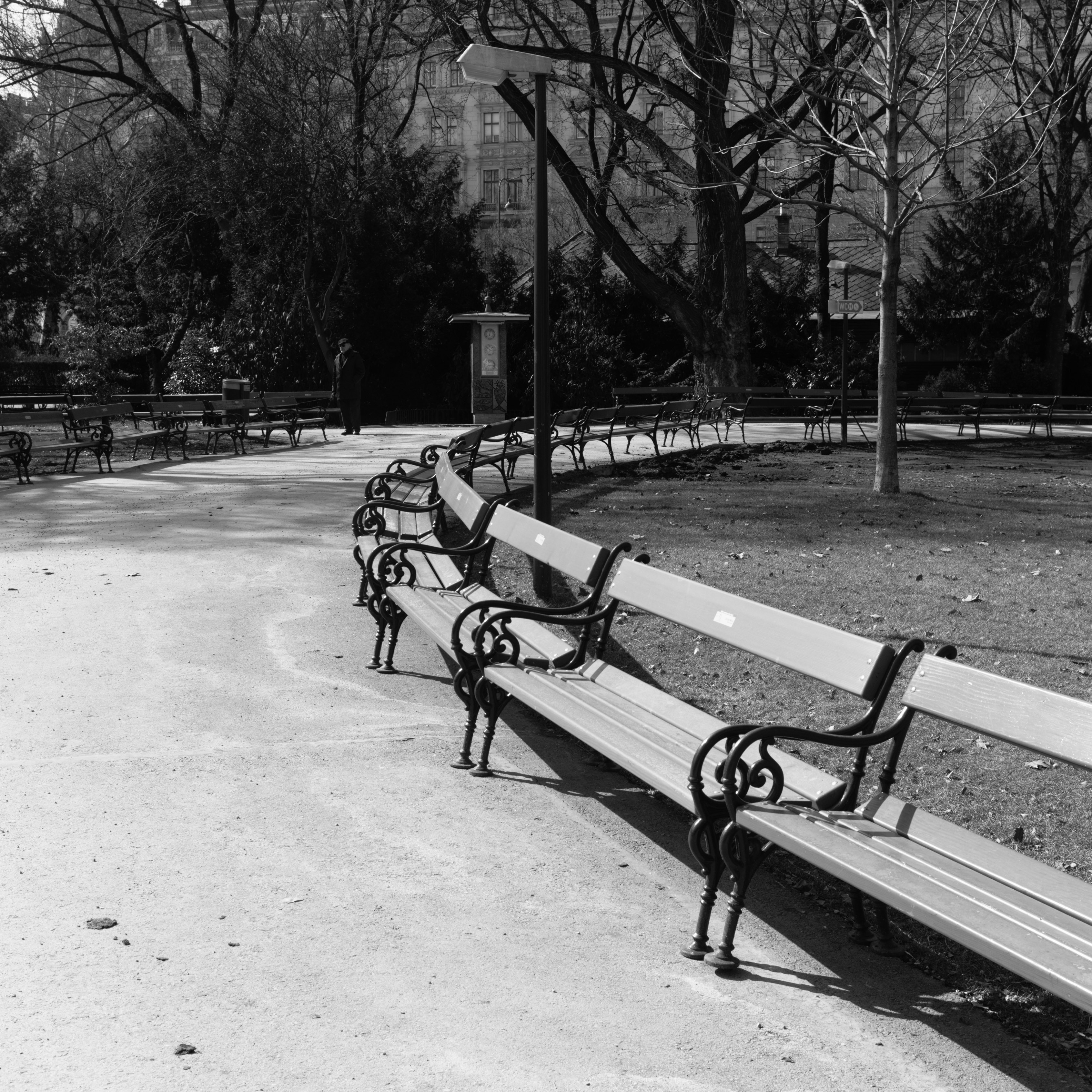 Free seats at Rathausplatz (Innere Stadt, Austria) with Leica M Monochrom (Leica Summilux-M 35mm f/1.4 ASPH.) by Magnus L Andersson (photography.anderssoneklund.se) at 2018-03-22 13:10:21