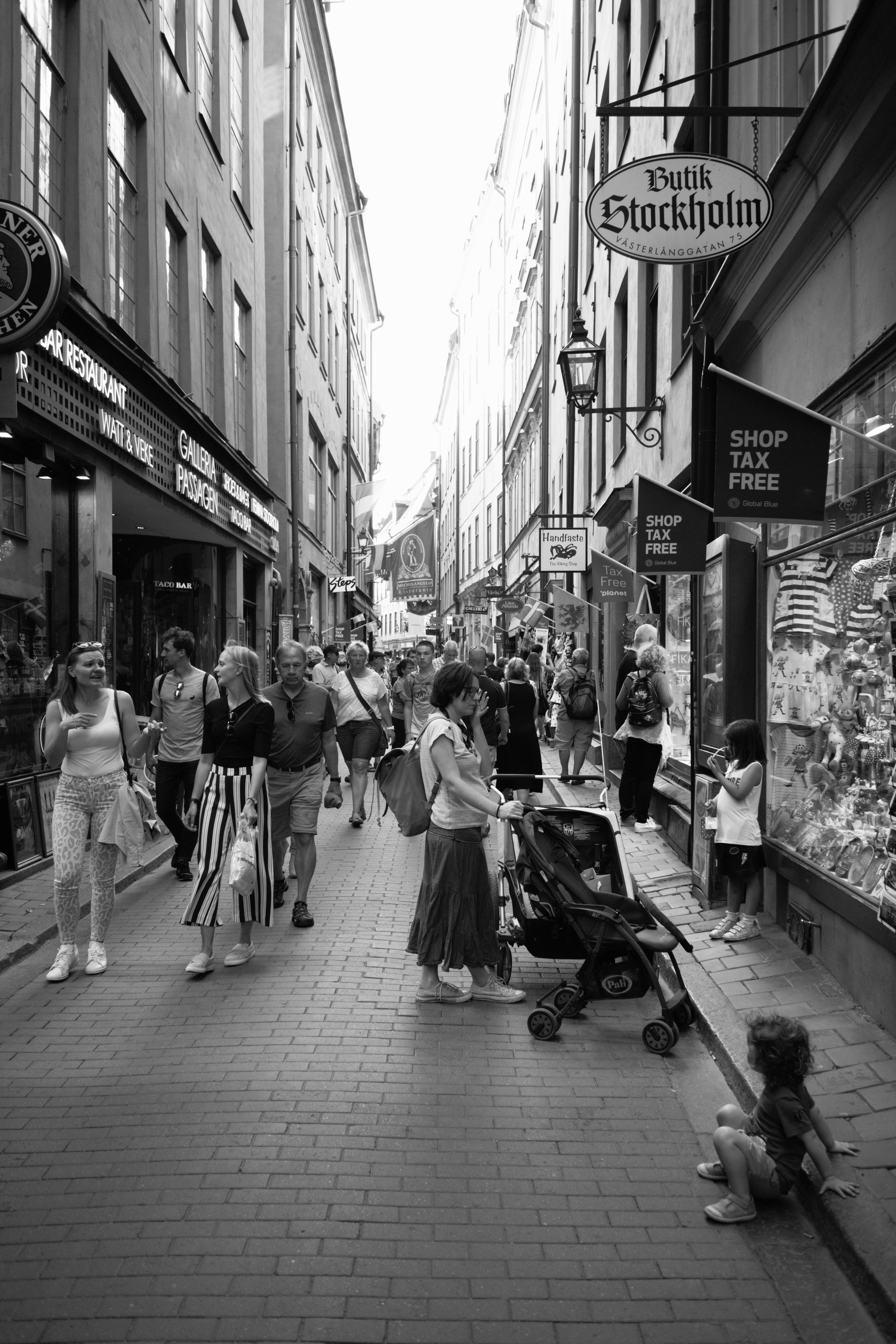 Streetlife at Old Town (, ) with Leica M Monochrom (Leica Summaron-M 28mm f/5.6) by Magnus Andersson (photography.anderssoneklund.se) at 2019-06-16 17:45:23